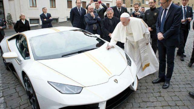 Le regalaron un Lamborghini al Papa y lo subastó