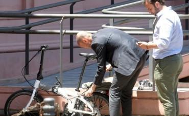 El futuro ministro de Transporte llegó a Casa Rosada en bici y se reunió con Randazzo