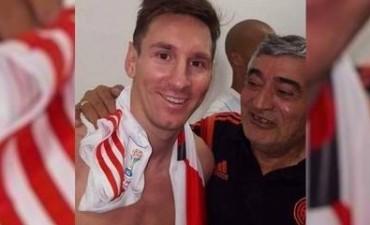 La foto que rompe las redes: ¿qué hace Messi con una camiseta de River?