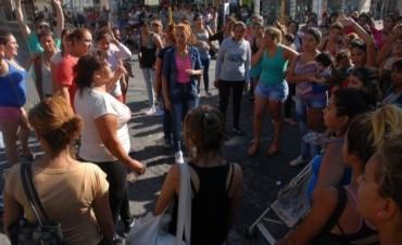 Mujeres con niños cortaron Salta y San Martin protestaron por no cobrar el bono de 400$