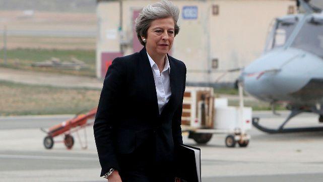 Theresa May alentó a kelpers a trabajar