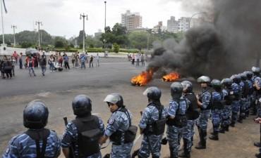 Reprimieron con gases y balas de goma un protesta frente al municipio de La Plata
