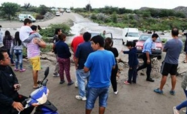Vecinos se manifiestan,Valle Chico quedo totalmente aislada por las lluvias