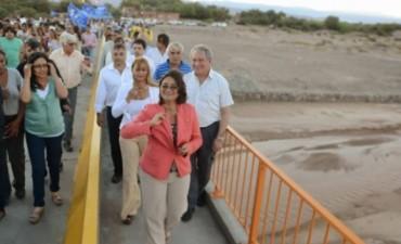 Corpacci inauguró el puente sobre el río Abaucán