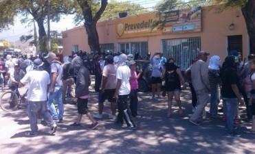 Piqueteros mantuvieron cautivo al intendente  Gustavo Jalile en un local comercial