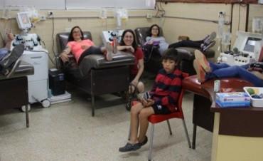 Para festejar su cumpleaños, llevó a diez amigos a donar sangre