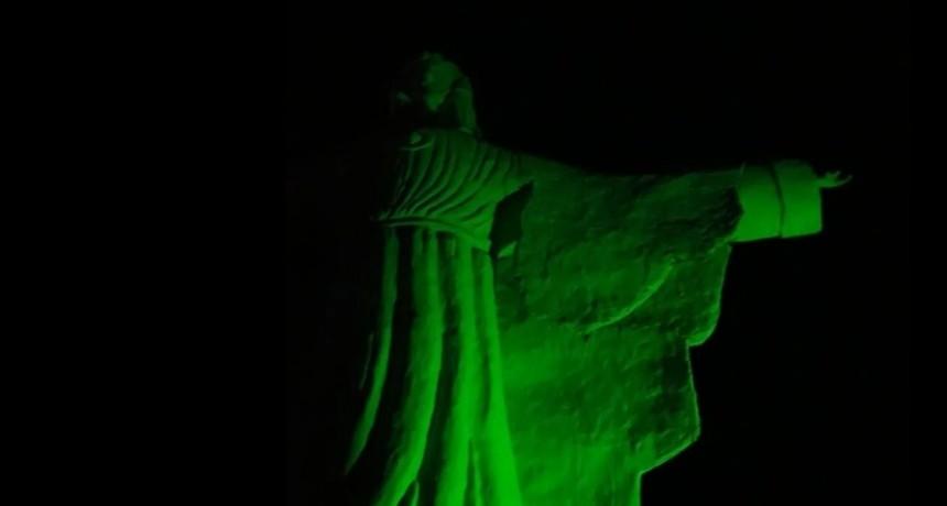 Grupo a favor del ABORTO Iluminaron de verde el Cristo Redentor en el Rodeo