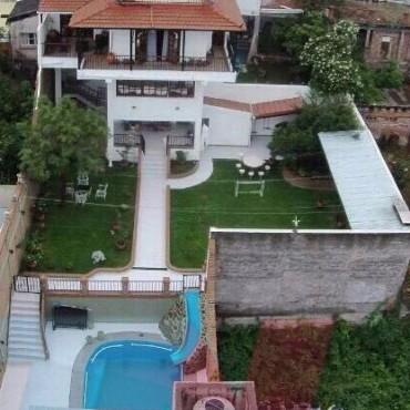 Cuatro pisos, pileta y hasta tobogán de agua: la excéntrica mansión de Milagro Sala