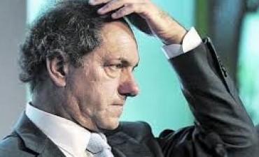 Scioli en su peor momento: en soledad, resiste acosado por casos de corrupción