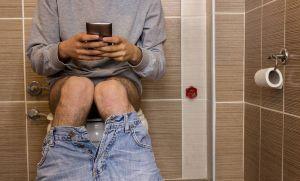 Se le cayó el ano por pasar horas en el inodoro con el celular