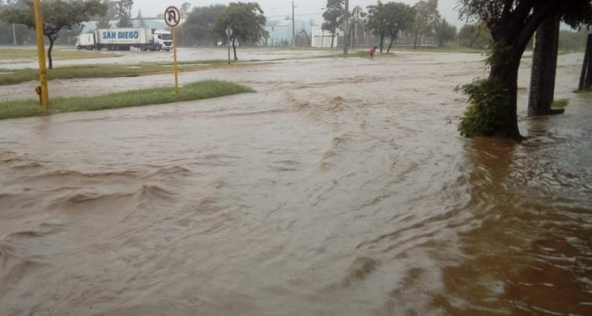 Evacuaciones y calles inundadas en distintas zonas de la ciudad y Valle Viejo