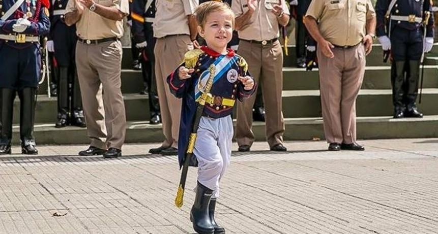 Tiene tres años, es fanático de San Martín y desfiló con los granaderos