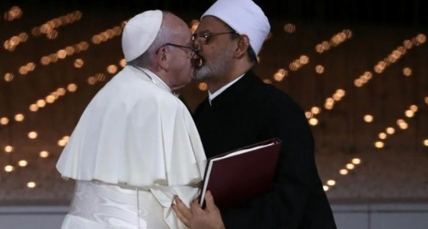 La foto del beso del Papa Francisco que recorrió el mundo