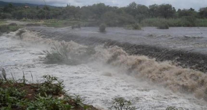 Alertan por una inminente crecida del Río del Valle en Fray M. Esquiú