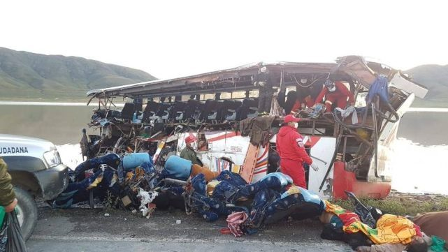 24 muertos por terrible choque entre colectivo y camión en Bolivia