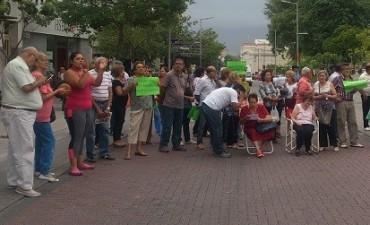 Protestan los cesanteados del proceso militar