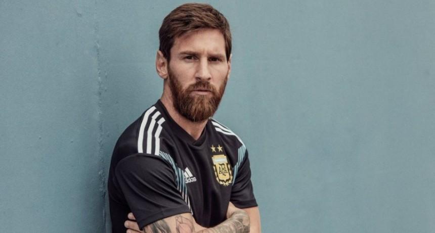 Messi y la nueva camiseta negra de la Selección Argentina para el Mundial