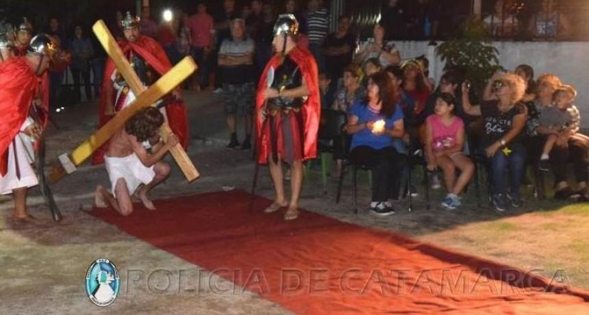 Policías realizaron un Via Crucis Viviente
