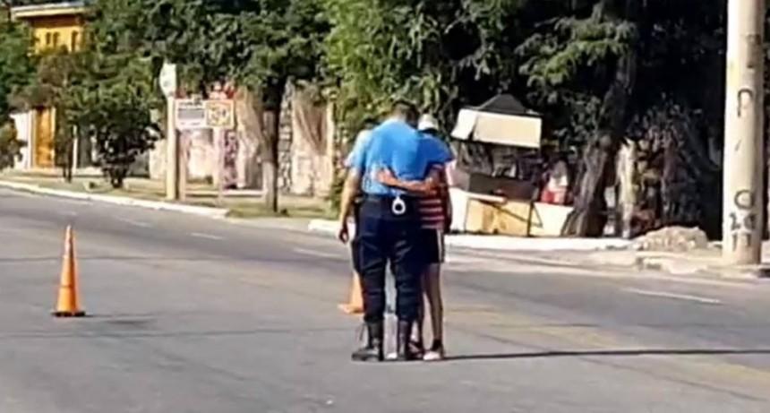 El policía que llora a su amiguito de 10 años, atropellado cuando iba en bicicleta