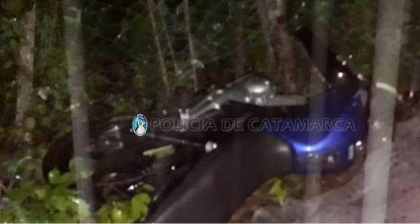 Iban tres en una moto, sufrieron un accidente y murió un joven