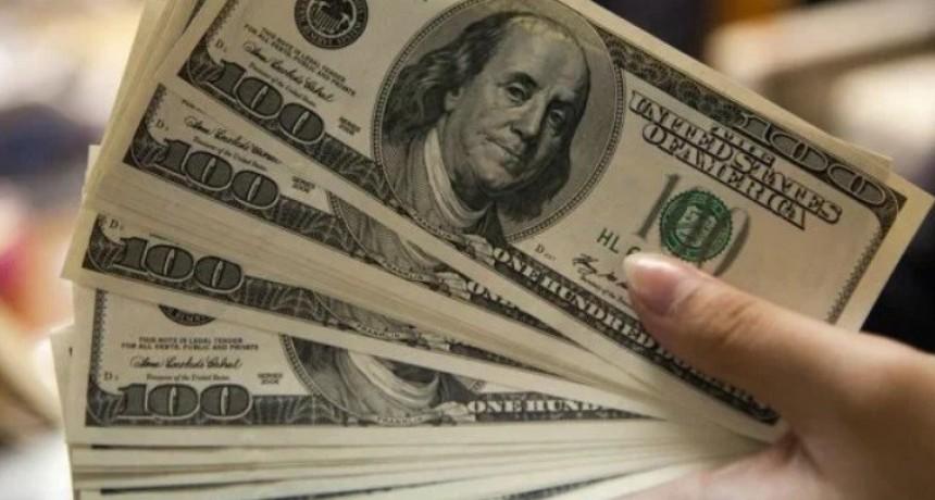 El dólar bajó a $41,02 y la tasa de referencia se mantiene en torno al 63%