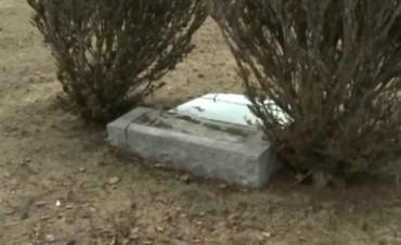Murió aplastado por la lápida de su suegra