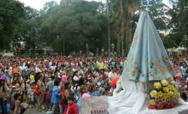 Cientos de niños brindaron un colorido y alegre homenaje a la Madre del Valle
