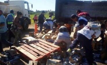 Corrientes: volcó un camión con leche y saquearon su mercadería