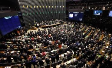 Diputados de Brasil autorizan el juicio político para destituir a la presidenta Dilma Rousseff