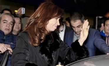 Charlas, consuelo a un bebé y quejas de una pasajera, en el vuelo de Cristina