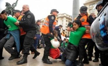 Detienen a 35 activistas de Greenpeace por reclamar la protección de Glaciares