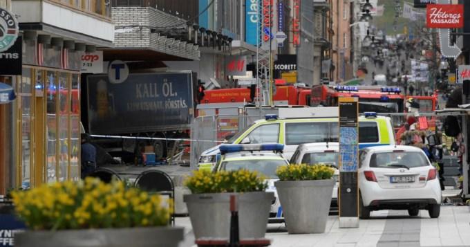 Camión atropelló a multitud y mató a 5 personas en Suecia