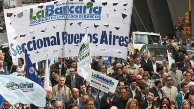 Bancarios cumplen el primer día de paro con críticas al Gobierno
