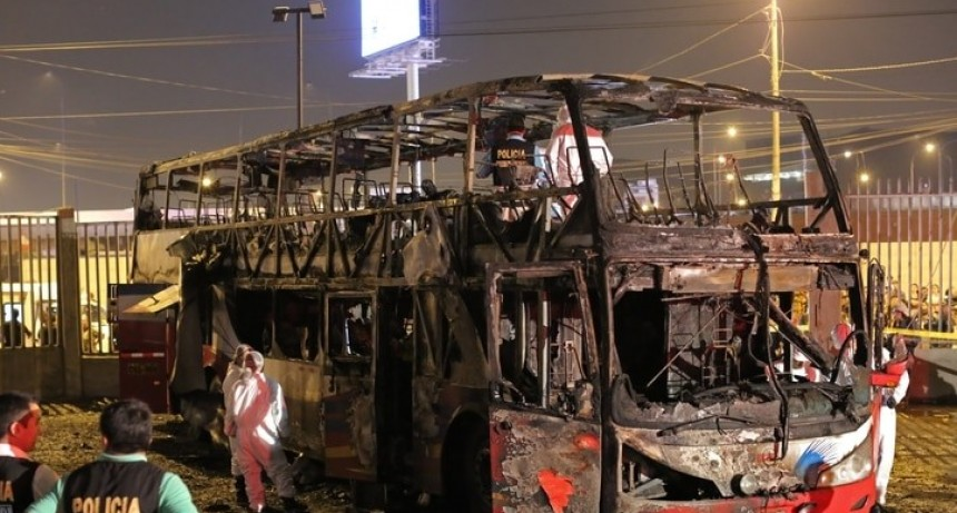 Al menos 20 muertos por el incendio de un autobús de pasajeros en Perú