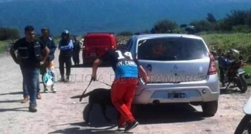 Perro detectó droga que un sujeto llevaba escondida en el auto