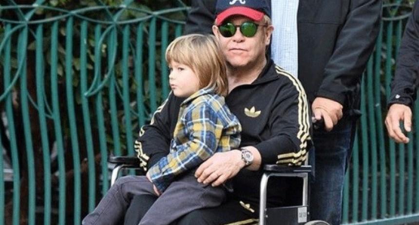 Elton John dio una triste noticia: está en silla de ruedas