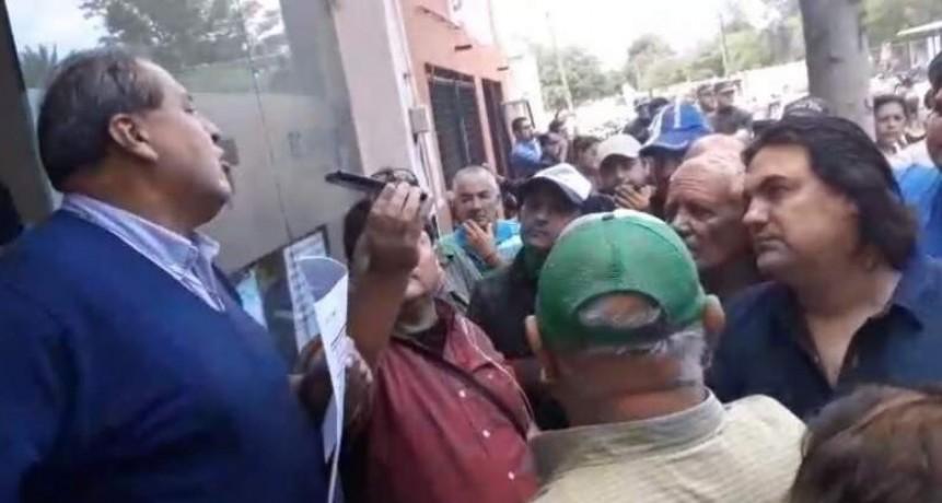 RECREO: Vecinos impiden trabajar a empleados de EC SAPEM