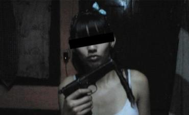 Jóven publicó fotos con armas en Facebook y terminó detenida