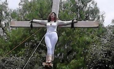 Candidata se Crucifica luego de ser sacada de contienda
