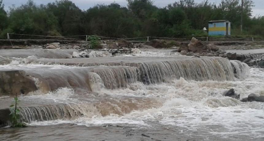 La ruta 21 permanece cortada por la crecida del río