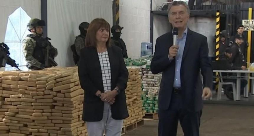 Macri participó de una quema de droga y homenajeó a un efectivo muerto