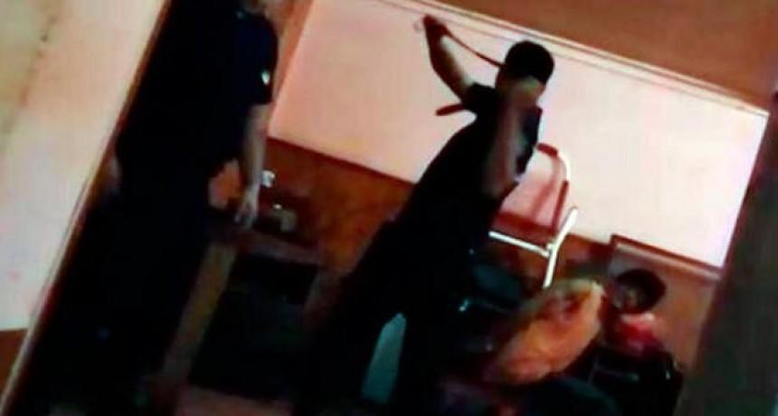Filman a policías pegándole