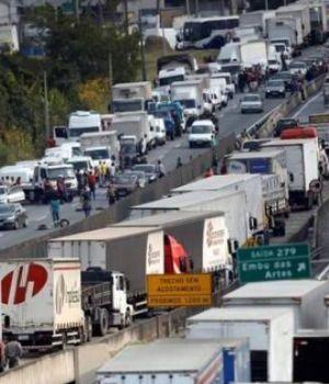 Policías brasileños se niegan a reprimir a los camioneros y se unen a la protesta