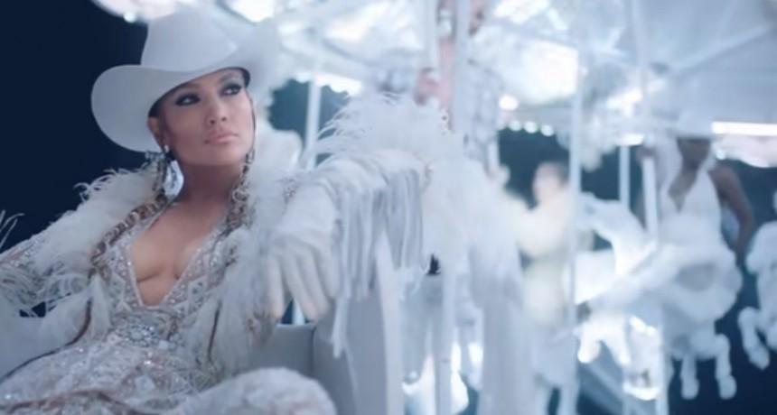 Infartante videoclip de Jennifer López con profundo escote y sin bombacha