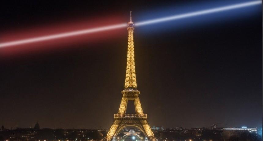 Locura: un trepador en las alturas hizo que cerraran la Torre Eiffel