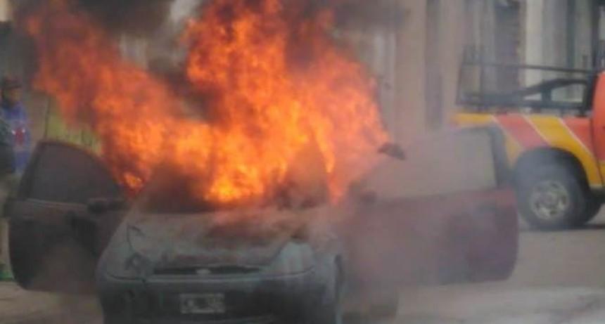 Se incendió vehículo en pleno centro