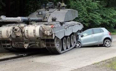 ALEMANIA: Se animó a manejar y terminó chocando Contra un tanque