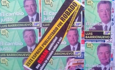Escrachan a Barrionuevo por la  Pegatina de Afiches