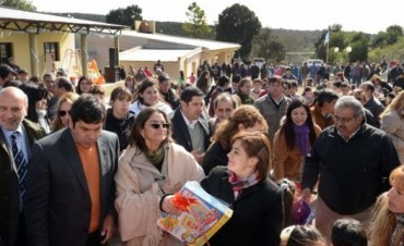Lucía inauguró edificio Escolar en Guayamba