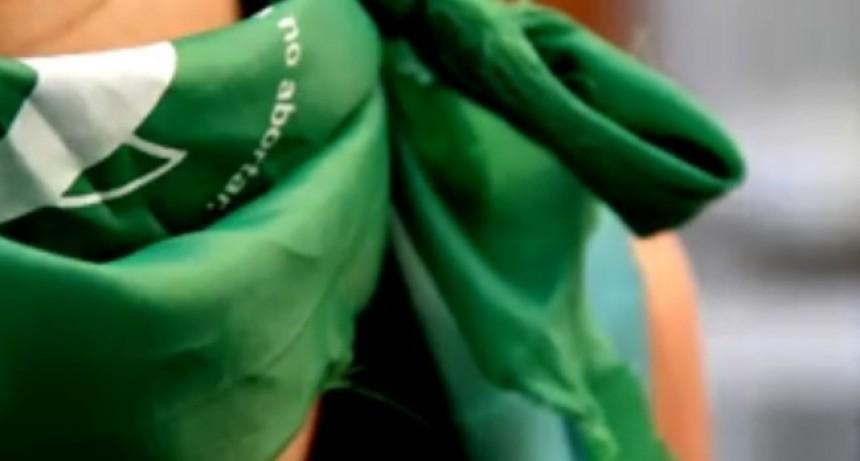 Sacerdote envió a la dirección a una alumna por llevar Pañuelo Verde